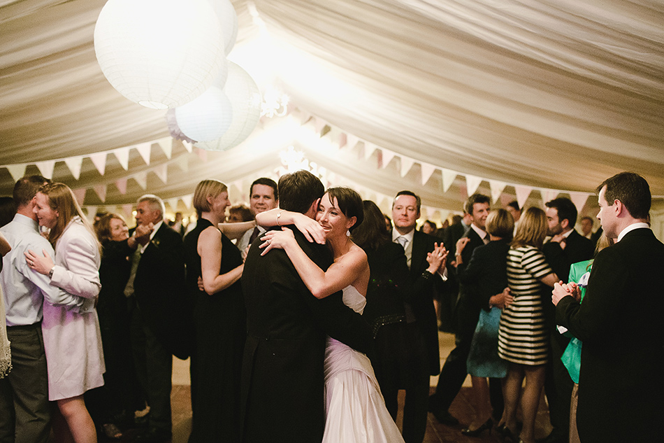 modern and contemporary weddding photogarpher first dance wedding in a tipi wedding